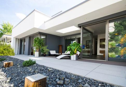 moderner Flachbau mit Terrasse